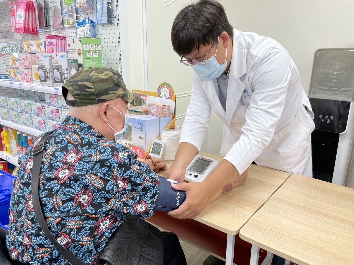 藥師用三高機量測血壓